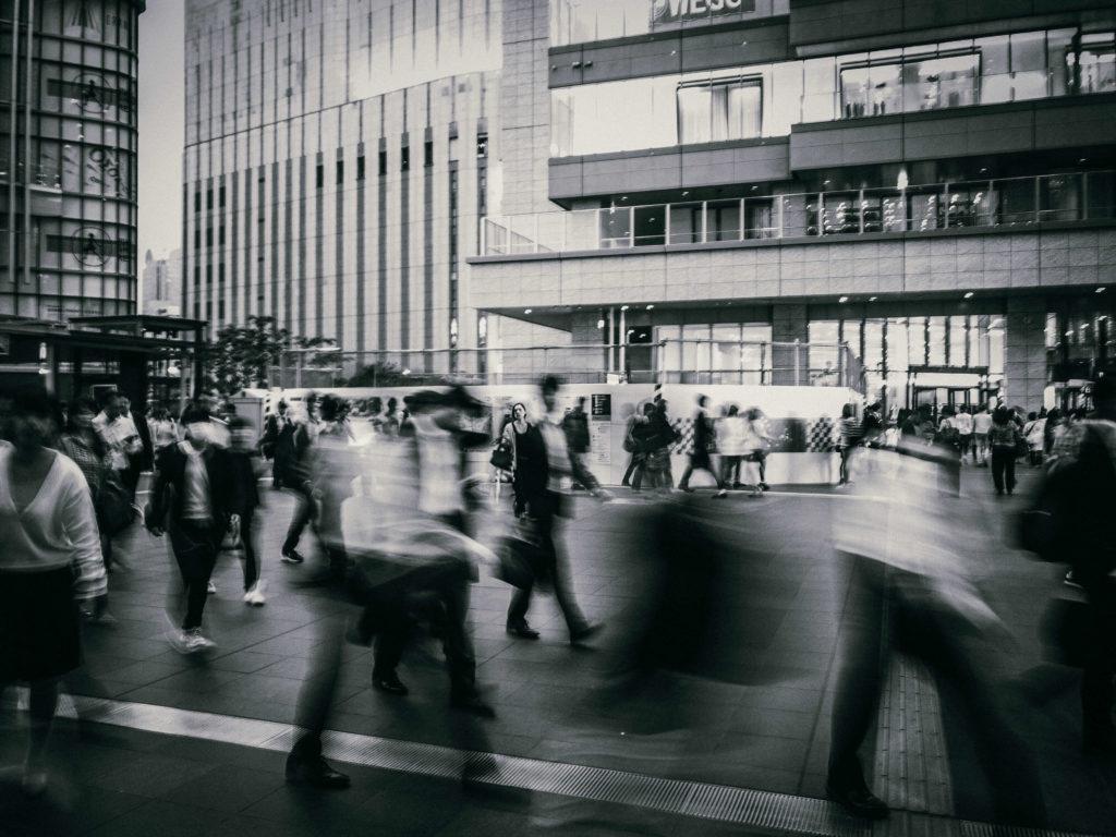 スローシャッターで人の軌跡を描く写真